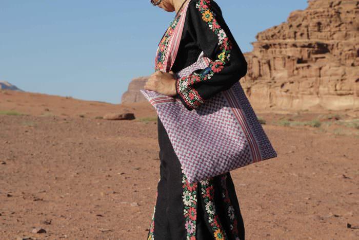 Una borsa di Tribalogy indossata nel deserto del Wadi Rum | Ricucire il filo del destino, Tribalogy | A Gipsy in the Kitchen