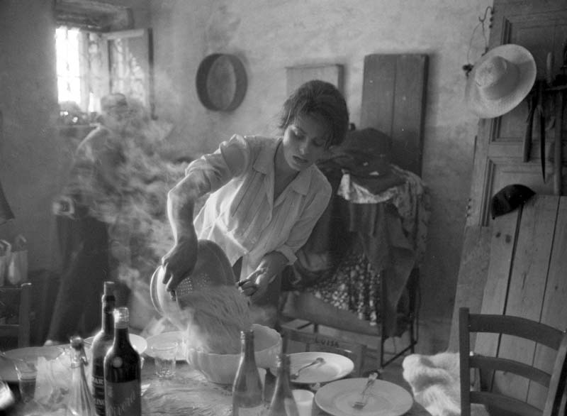 LOREN-SOFIA-DURANTE-UNA-PAUSA-FILM-LA-CIOCIARA-1960 | Call it magic when I'm next to you - #fiuggipiudiprima | A Gipsy in the Kitchen
